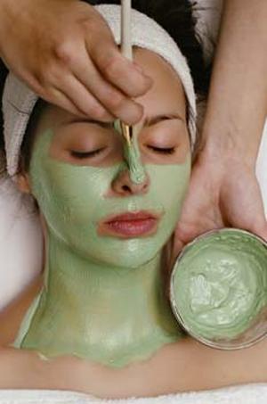 Mascarilla de alginatos, tratamiento facial, belleza femenina.