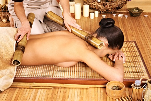 Masaje de espalda con cañas de bambú, Terapias García y Lledó, Cursos de terapias alternativas en Alicante.