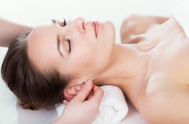 Masaje relajante en cráneo. lóbulo de la oreja y conducto auditivo.