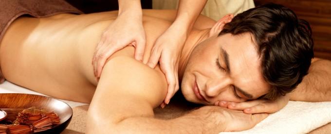 Masaje relajante en hombro y espalda, amasado del músculo deltoides.