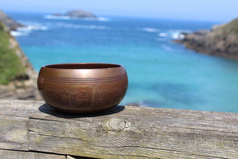 Cuenco Tibetano de tres metales decorado, con fondo marino y al sol.