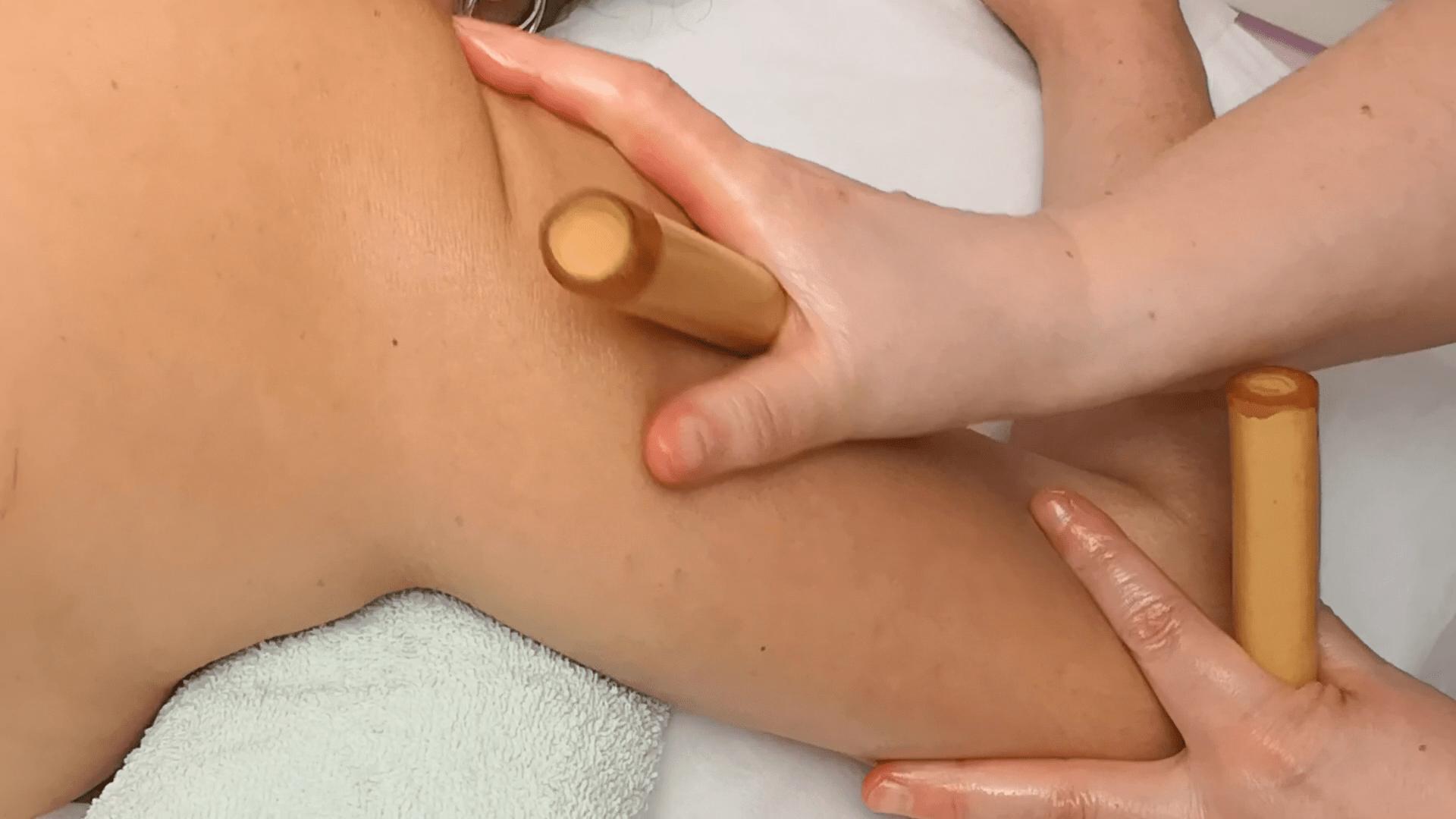 Masaje en el brazo con cañas de bambú